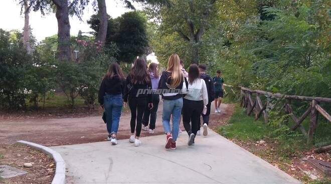 ragazzi giovani passeggio ciclopedonale parco