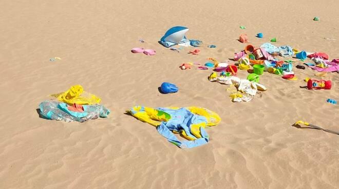 Giochi abbandonati spiaggia rio vivo