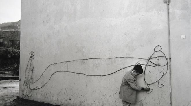 lisetta carmi Orgosolo (bambino vicino a murale), 1962. Courtesy Archivio Lisetta Carmi