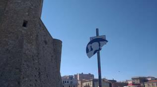 cartello rotto un bacione al borgo