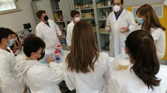 studenti liceo ovidio laboratorio scienze
