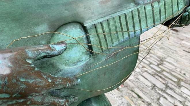 foto ansa fred bongusto statua danneggiata